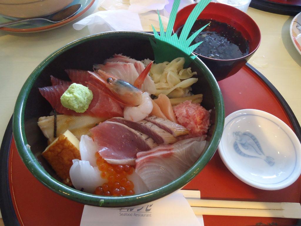 海鮮丼(1700円)