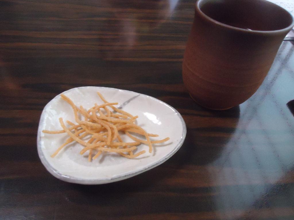 お通しの揚げた蕎麦