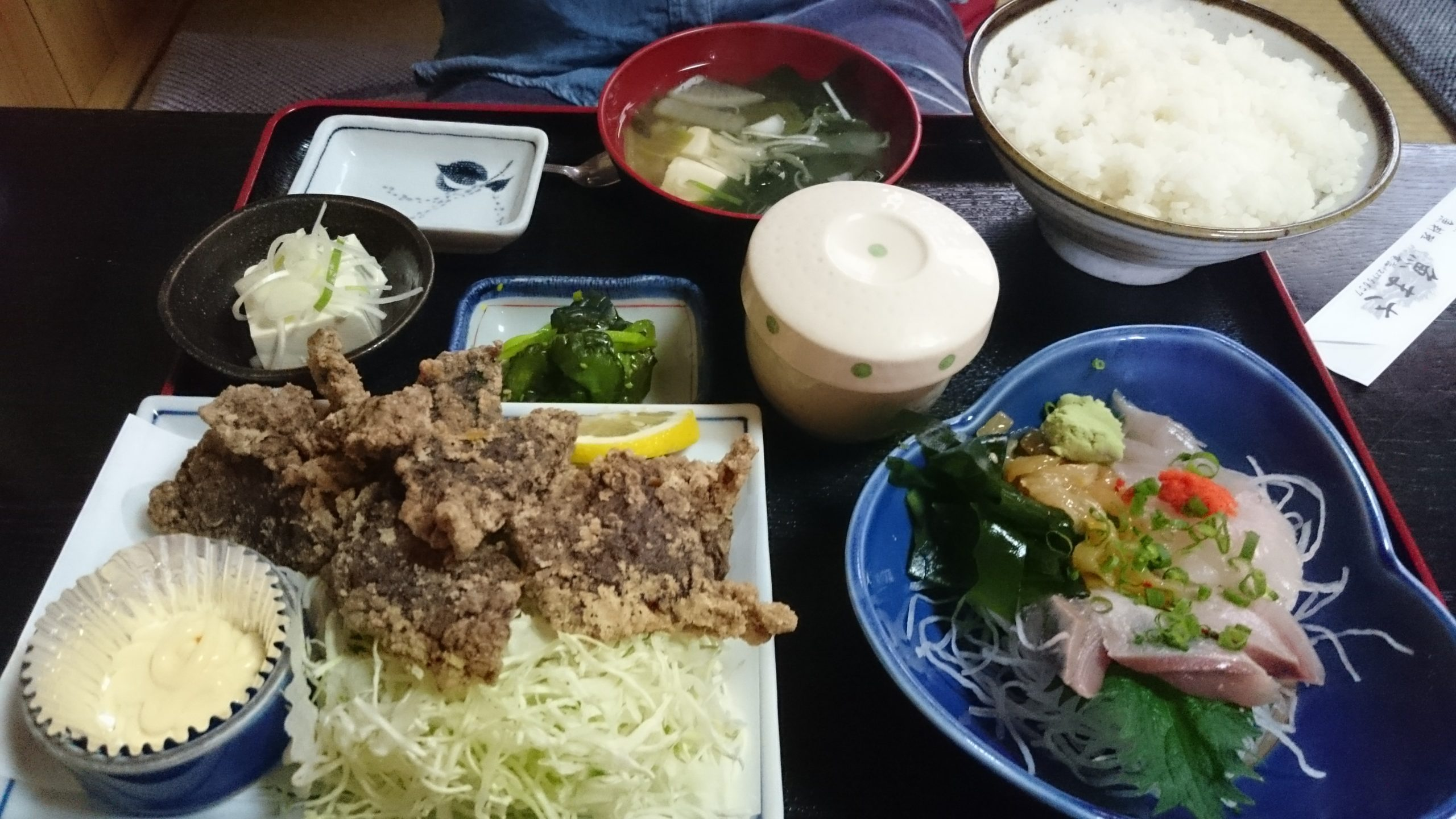 刺身とまぐろカツ定食(税込1350円)